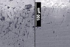 Снимок поперечного шлифа ролика машины трения, приработанного на чистом масле (слева) и с применением трибосоставов «Супротек» (справа). В последнем случае количество межзеренных дефектов на порядок меньше.